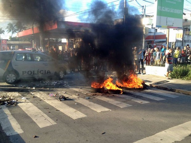 Passageiros fecharam a Avenida Presidente Kennedy, próximo ao Terminal do Xambá (Foto: Kety Marinho / TV Globo)