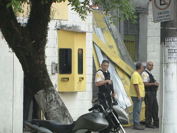 Portões da empresa ficaram destruídos após assalto (Foto: Reprodução/TV Tribuna)
