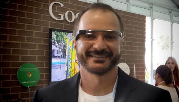 Imagem mostra Google Glass ajustado ao usuário (Foto: Márcio Cyrillo/ TechTudo)
