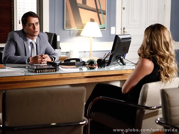 Amarilys deixa Eron pasmo ao tentar botar Niko contra o advogado... (Foto: Amor à Vida / TV Globo)