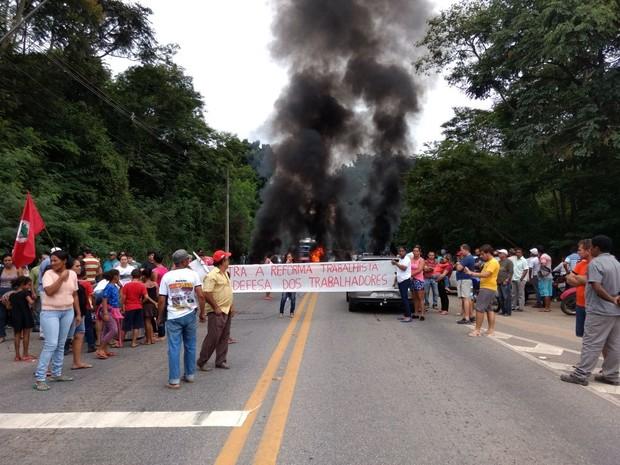 Manifestantes interditaram BR-116, em Valadares (Foto: Ana Carolina Magalhães/ Inter TV)