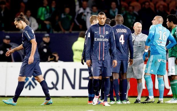 Ibrahimovic recebe o cartão vermelho na partida do PSG contra o Saint-Etienne (Foto: Reuters)