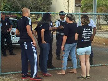 Manifestantes tentaram entrar no CCZ no sábado (Foto: Ieda Holanda/Arquivo pessoal)