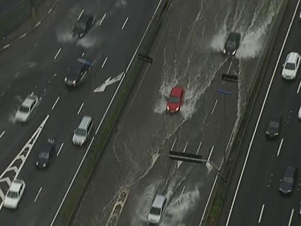 Chuva na Marginal Tietê nesta quinta-feira (25) (Foto: Reprodução/TV Globo)