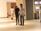 Marina Ruy Barbosa vai ao cinema com o namorado e saltão é destaque