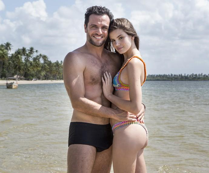 É muita beleza junta! Camila Queiroz e Rodrigo Lombardi posam à beira mar (Foto: Felipe Monteiro/Gshow)