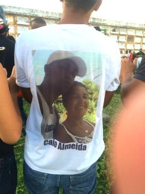 Irmão de Caio usou camisa com a foto da vítima acompanhada da mãe (Foto: Alan Tiago Alves/G1 Bahia)