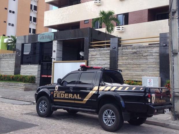 Equipe da Polícia Federal cumpriu mandado em residencial no bairro de Manaíra, em João Pessoa, nesta terça-feira (5) (Foto: Walter Paparazzo/G1)