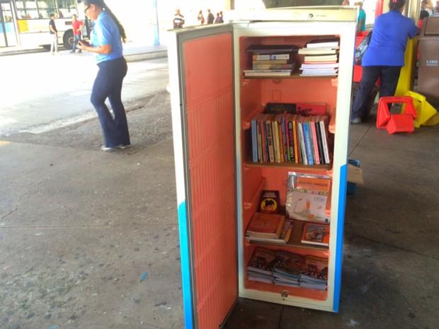 Geladeira cheia de livros foi colocada no Terminal Isidória, em Goiânia, Goiás (Foto: Murillo Velasco/G1)