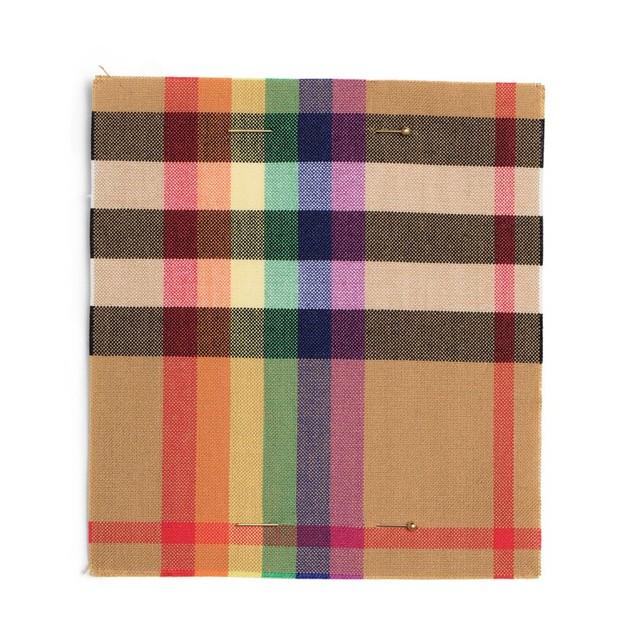 O xadrez reinventado da Burberry com as cores do arco-íris (Foto: Divulgação)