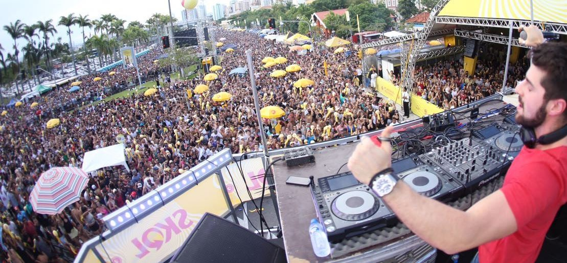 Alok levou multidão às ruas de Florianópolis (Foto: Carol Cruz/Divulgação)