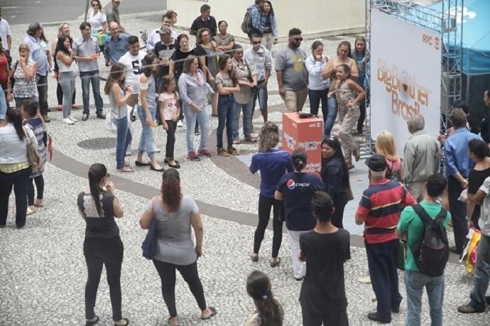 Os pedestres pararam para ver os participantes realizando desafios (Foto: Luiz Renato Corrêa/RPC)