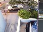 Carro desgovernado 'desvia' de veículo estacionado e invade pizzaria
