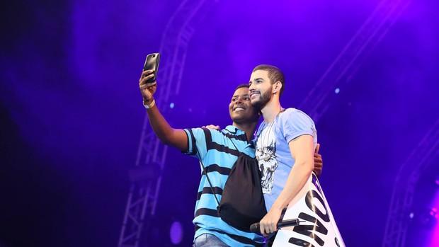 Fã faz selfie com Gusttavo Lima no palco (Foto: Isabella Pinheiro/Gshow)