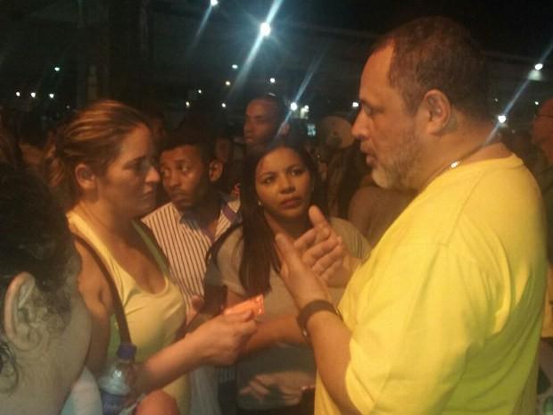 assessor especial do secretário de Mobilidade, Wilson Batista, explicando aos alunos como a situação será solucionada (Foto: Ingrid Borges/G1)