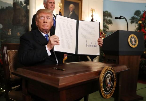 O presidente Donald Trump reconhece formalmente Jerusalém como a capital de Israel depois de assinar o documento no Salão Diplomático da Casa Branca em 6 de dezembro de 2017, em Washington, DC  (Foto: GettyImages)