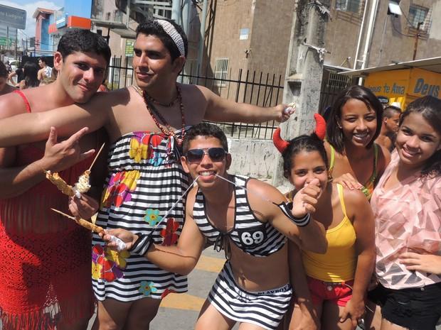 'Olindense respira Carnaval', afirma Mário Herique com os amigos, no desfile das Virgens de Verdade (Foto: Katherine Coutinho / G1)