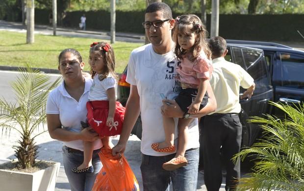 Gêmeas da Giovanna Antonelli chegam para a festa das filhas de Glória Maria (Foto: André Muzell e Fábio Martins / AgNews)