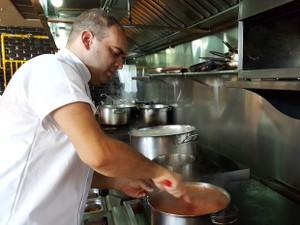 Chef Detoni iniciou carreira na gastronomia por influência da mãe (Foto: Fernando Pacífico / G1)