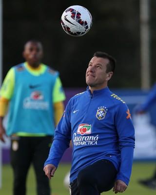 Dunga em treino da seleção brasileira em Viamão (Foto: Leo Correa / Mowa Sports)