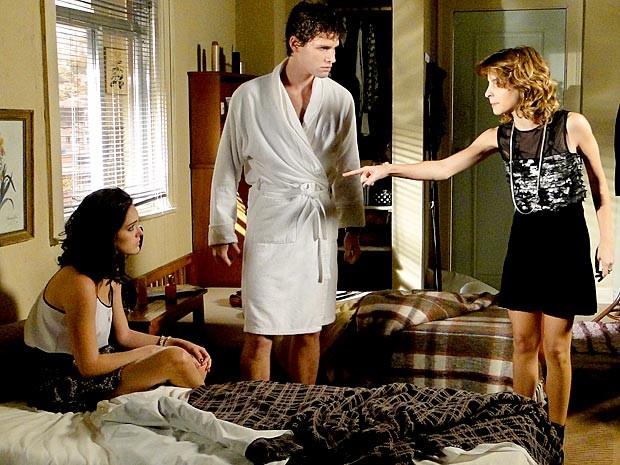 Isadora tenta acabar com o romance entre Cida e Conrado (Foto: Cheias de Charme / TV Globo)