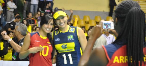 Colombianas tietando brasileiras no Pré-Olímpico (Foto: Éwerton Araujo / Globoesporte.com)