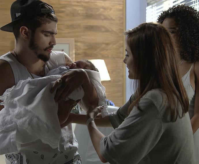 Margot e Patrícia ficam emocionadas ao verem Grego segurando Maria (Foto: TV Globo)
