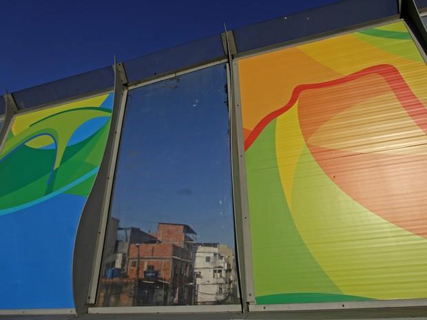 Posters dos Jogos Olímpicos Rio 2016 são colocados na Linha Vermelha, perto do complexo de favelas da Maré, que liga o Aeroporto Internacional do Rio de Janeiro com o centro e a zona sul da cidade  (Foto: Ricardo Moraes/Reuters)