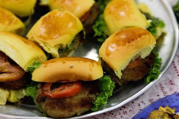 Hambúrguer de tilápia é uma das novas opções no cardápio das escolas de Apodi (Foto: Fred Veras)