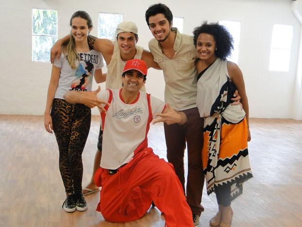 O coreógrafo Sylvio Lemgruber e os atores ensaiaram três horas para acertar os passos (Foto: Malhação / Tv Globo)
