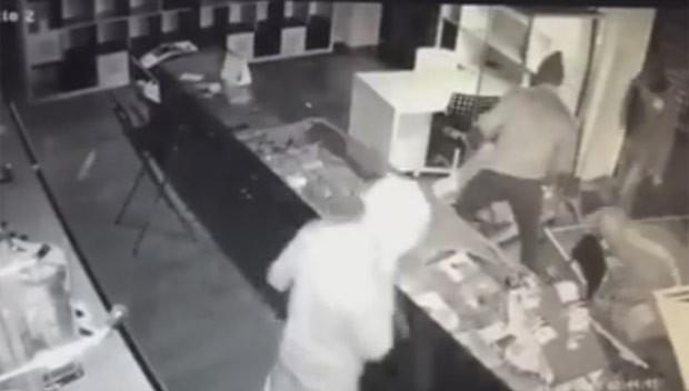 Empresário italiano oferece emprego a quem identificar ladrões de sua loja (Foto: Reprodução/Facebook/Max Costa)