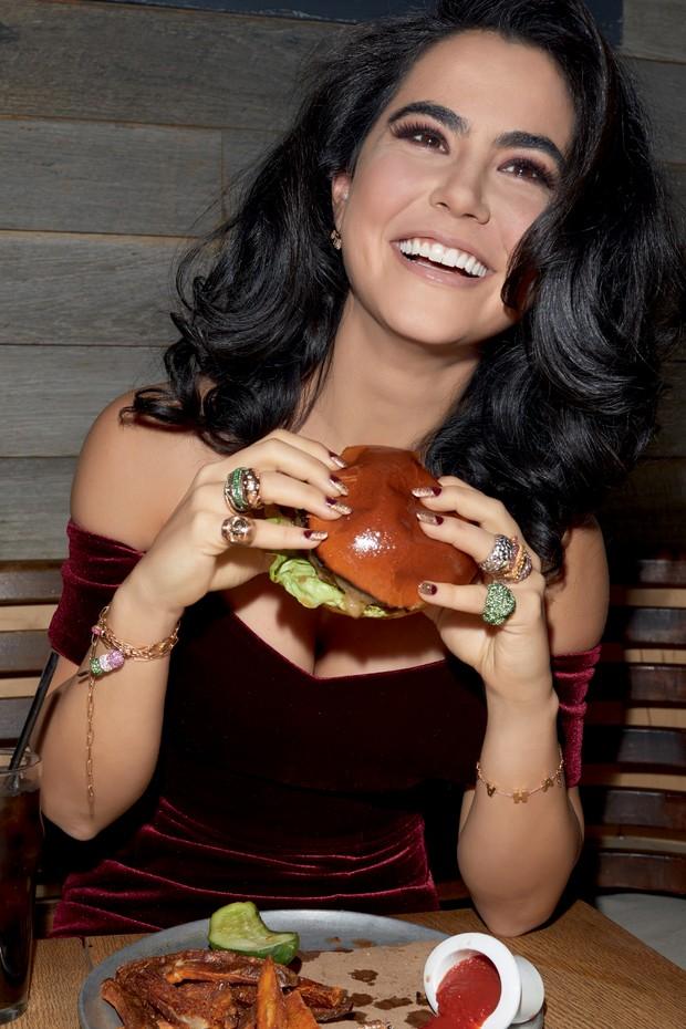 Nadine Ghosn posa no restaurante The Fat Radish, em NY, com suas joias que imitam fast-food (a partir de US$ 1.650) (Foto: Pedro Arieta e Divulgação. Maquiagem: Nei Cruz. Assistentes de Fotografia: Guilherme Lessa e Aline Velter  )
