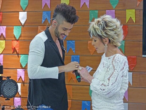Ana Maria chama atenção para o tamanho da aliança de Gusttavo Lima (Foto: Mais Você / TV Globo)