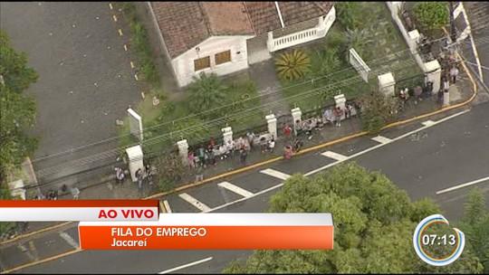 Centenas de candidatos formam fila por vaga de emprego em Jacareí, SP