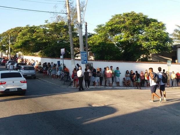 Fila dobra a esquina às 7h em São Pedro (Foto: Antônio Amorim/Arquivo Pessoal)