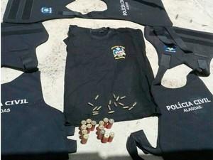 Coletes balísticos e munições estavam escondidos em baixo de folhas de coqueiro. (Foto: Divulgação/PC)