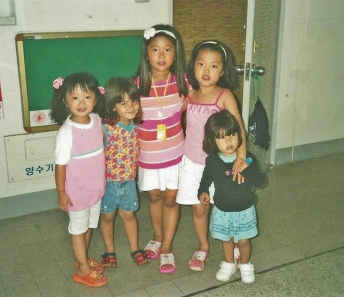 Giullia Buscacio, ainda criança, posa com colegas de escola na Coreia do Sul (Foto: Arquivo pessoal)