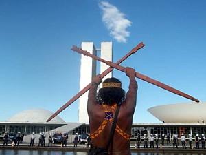 Índio cruza lanças em frente ao cordão formado por PMs diante do Congresso Nacional, em Brasília (Foto: Vianey Bentes/TV Globo)