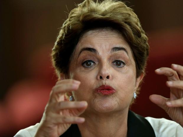 Dilma durante entrevista à imprensa estrangeira no Alvorada (Foto: Reuters/Ueslei Marcelino)