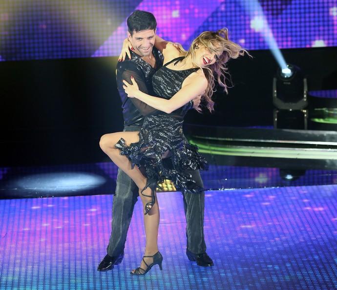 A dupla dançou zouk em busca de uma das duas vagas da repescagem (Foto: Carol Caminha/Gshow)