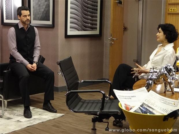 Natan escuta ideia de Verônica para campanha (Foto: Sangue Bom/ TV Globo)