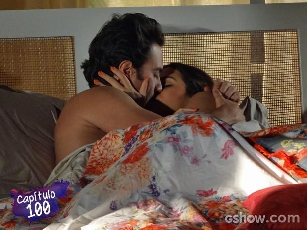 Laerte e Luiza se amam após o pedido (Foto: Em Família/TV Globo)