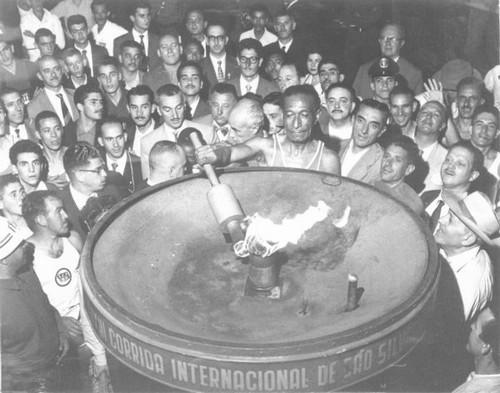 Alfredo Gomes, o primeiro vencedor da São Silvestre, em 1925, acende a tocha da prova em 1957 (Foto: Arquivo)