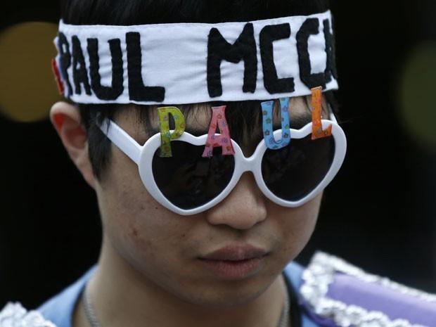 Fã japonês de Paul McCartney lamenta o cancelamento dos shows (Foto: Toru Hanai/Reuters)