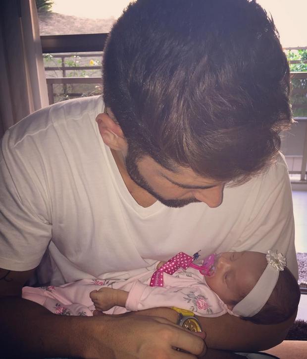 João Gabriel com a filha (Foto: Reprodução/Instagram)