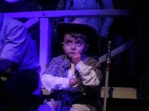 O pequeno Lucas assistiu atento ao show de Leonardo e depois foi ao camarim do cantor (Foto: Nicole Melhado / G1)