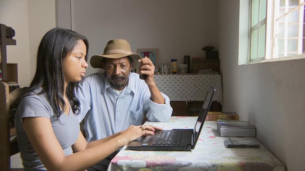 Valdivino conta com ajuda da filha para escrever livros (Foto: Tô Indo/Reprodução)