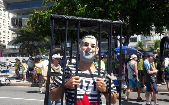 Lula na cadeia: o consultar de TI Igor Landaeta se vestiu de presidiário com a máscara do ex-presidente  (Foto: Hudson Correa/ÉPOCA)