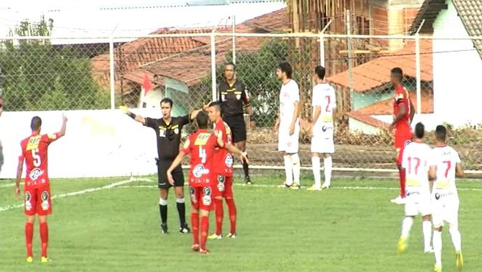 Jogadores do Anapolina cercam o assistente Westhane Cassiano após impedimento (Foto: Reprodução)