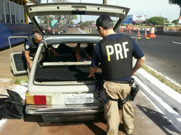 Policiais desconfiaram do automóvel e encontraram o contrabando durante a vistoria na manhã deste domingo (16) (Foto: PRF / Divulgação)